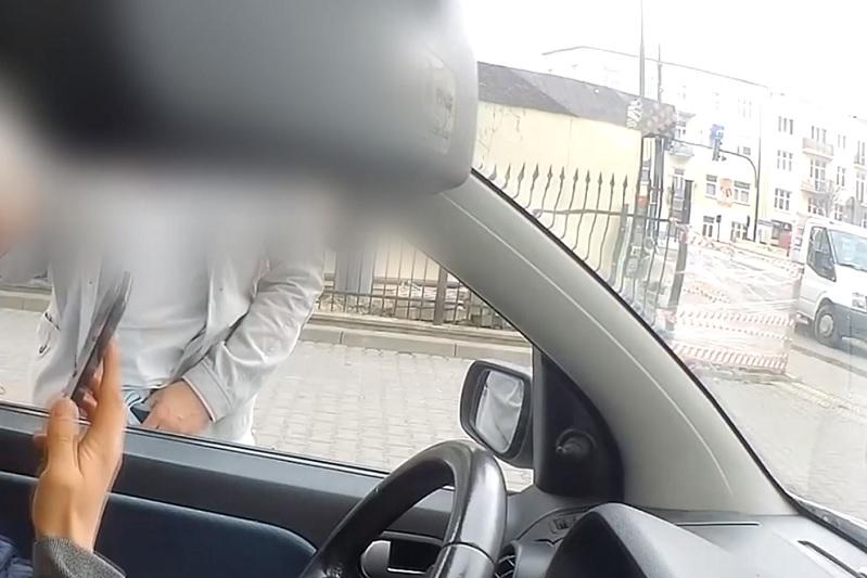 Agresywny mężczyzna zaatakował kierowcę samochodu dostawczego