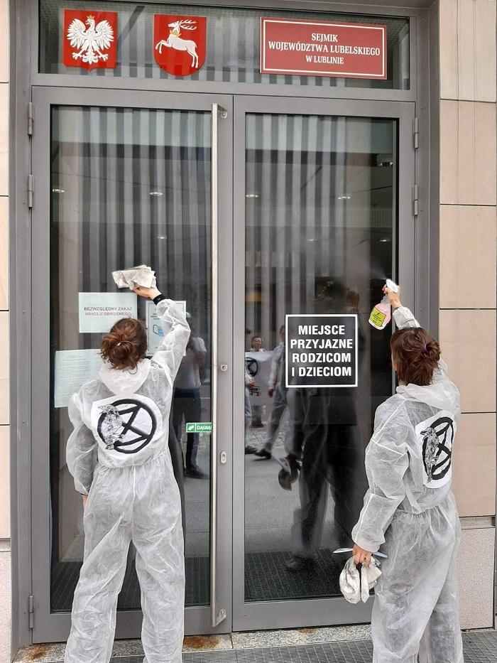 Aktywiści Extinction Rebellion umyli okna Urzędu Marszałkowskiego w Lublinie