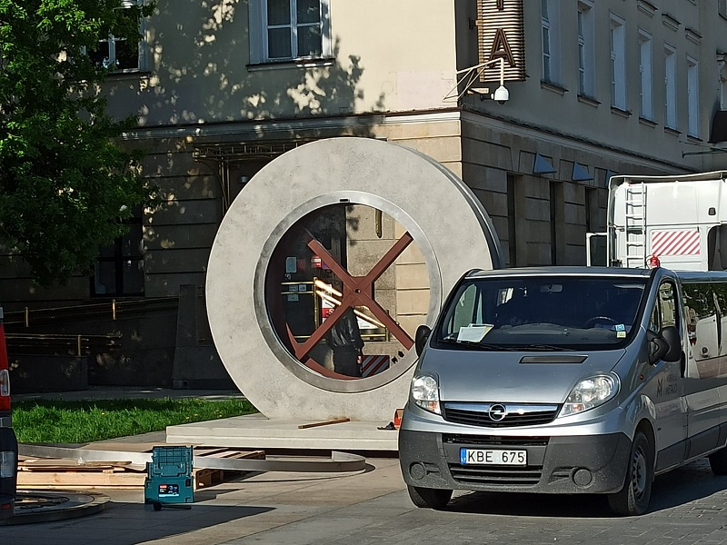 Betonowa instalacja portalu na Placu Litewskim