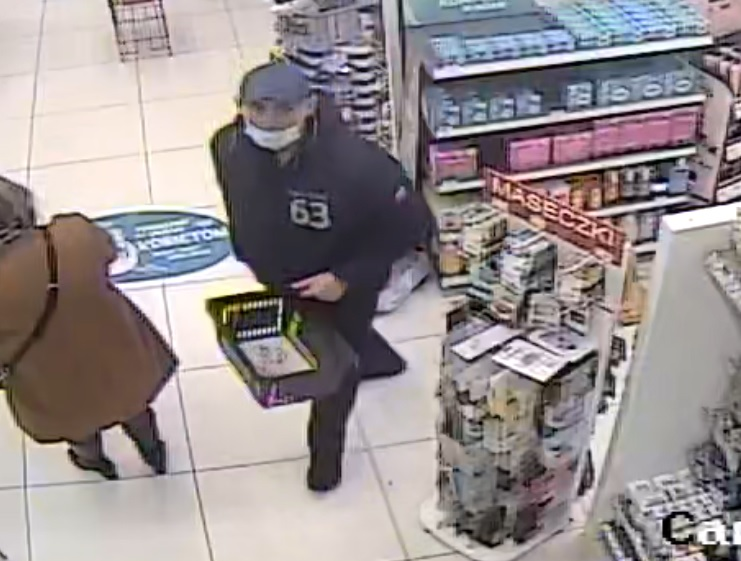 Kradzież perfum w Rossmannie