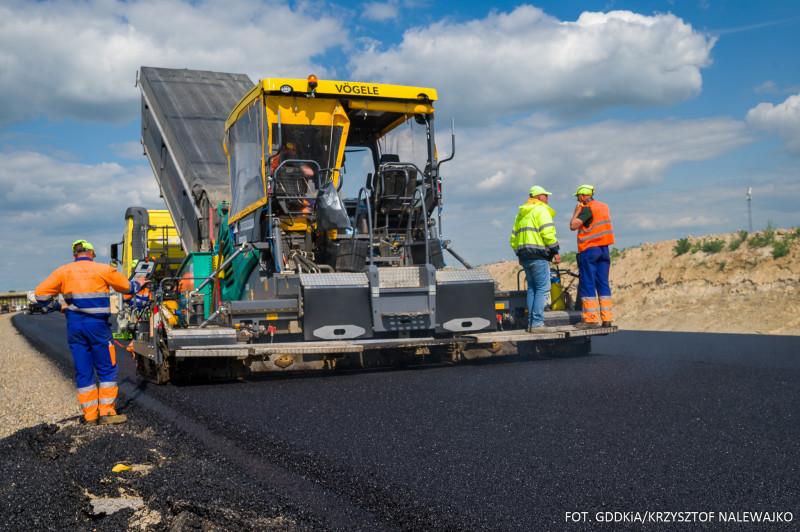 Układanie asfaltu na odcinku S19 Niedrzwica Duża - Kraśnik