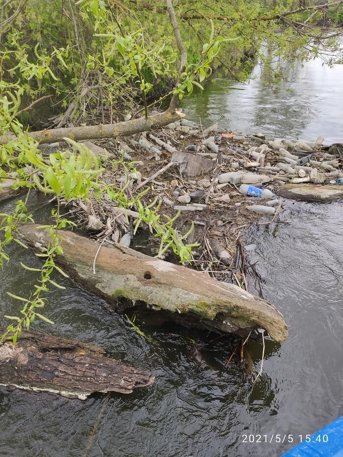 Śmieci w rzece Bystrzyca w okolicy miejscowości Turka