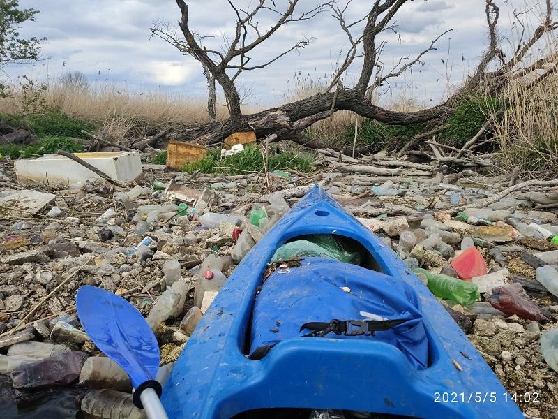 Śmieciowa tama utrudnia spływ kajakiem po Bystrzycy