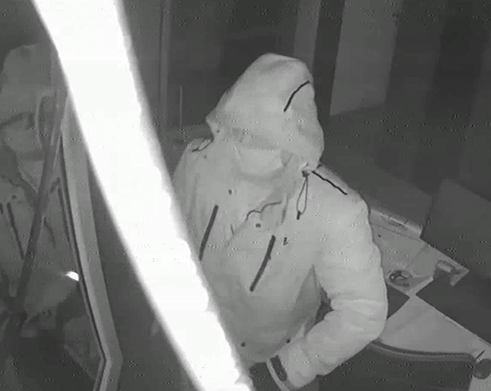 Policja publikuje wizerunek złodzieja, który włamał się do biura