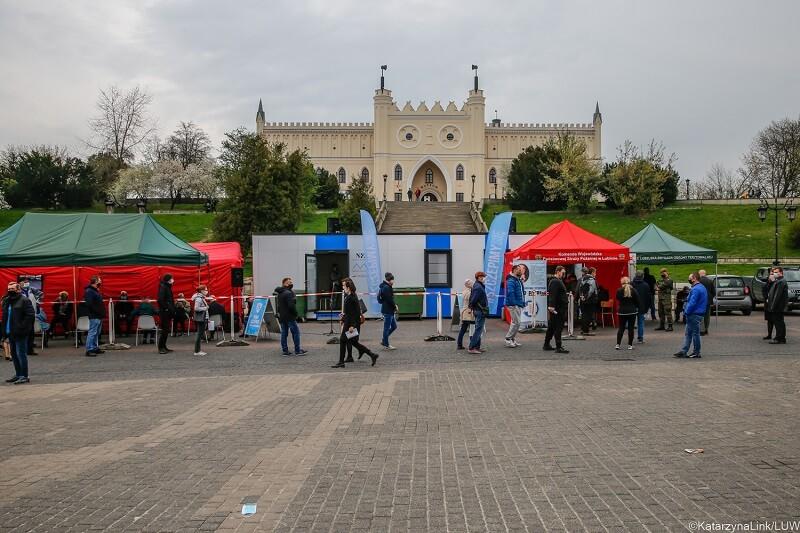 Mobilny punkt szczepień na Placu Zamkowym w Lublinie