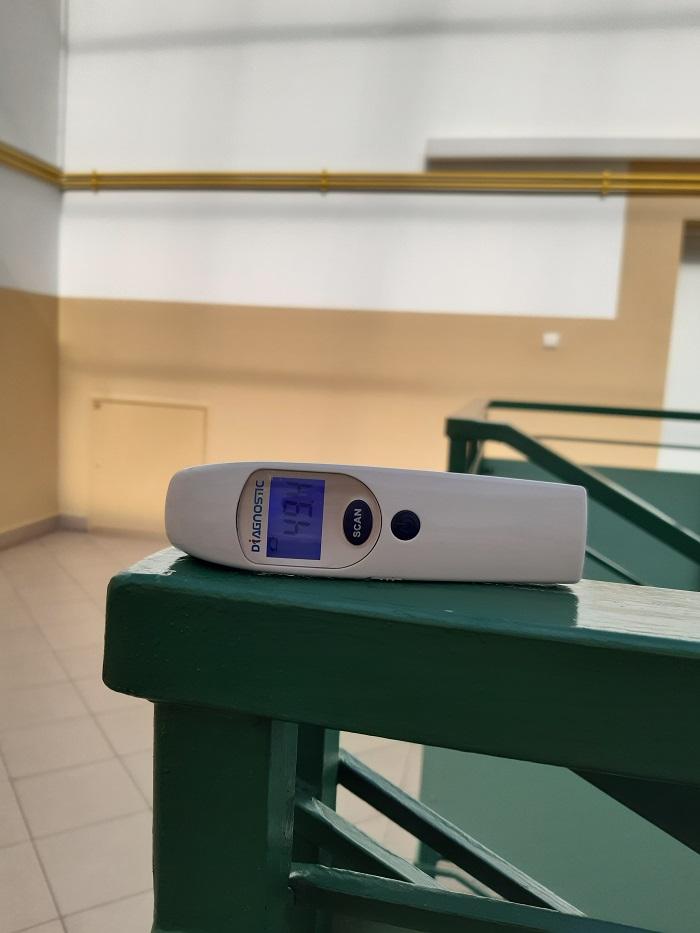 Termometr wskazuje temperaturę bliską 50 st. C na klatce schodowej