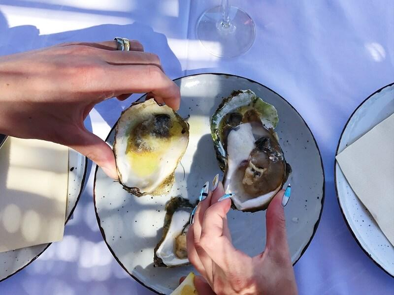 Przystawka: Świeża ostryga na lodzie z cytryną i ostrym sosem w restauracji Insomnia