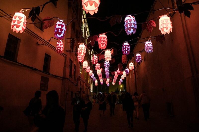 Lampiony nad deptakiem Starego Miasta w Lublinie