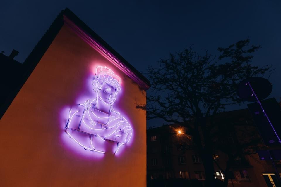 Popiersie Apolla na elewacji budynku Centrum Kultury przy ul. Peowiaków