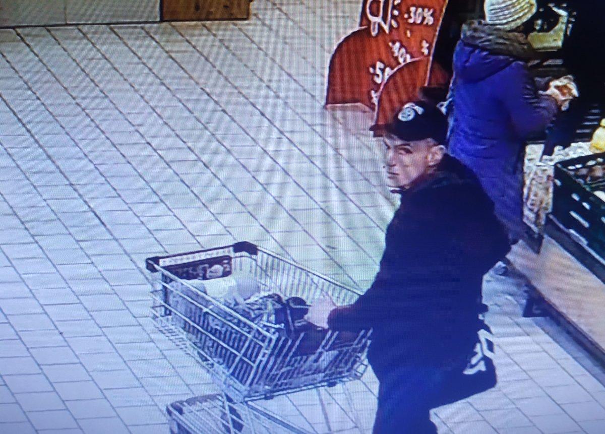 Mężczyzna wyjechał ze sklepu z koszykiem zakupów, za które nie zapłacił