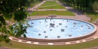 Dzieci korzystające z fontanny w Parku Ludowym
