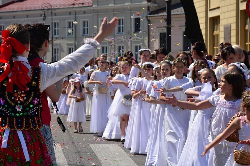 Procesja Bożego Ciała idąca ulicami Lublina
