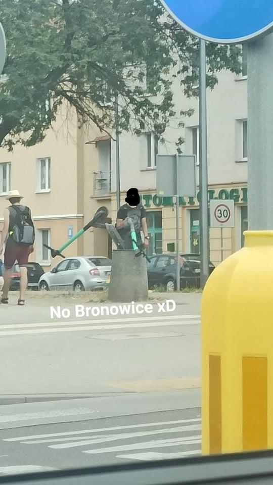 Hulajnogi elektryczne Bolt wrzucone do kosza przy skrzyżowaniu ulic Męczenników Majdanka i Lotniczej