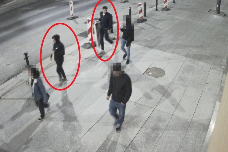 Policja poszukuje mężczyzn ze zdjęcia do sprawy kradzieży pachołków drogowych