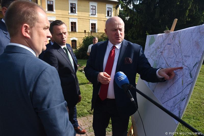 Marszałek Jarosław Stawiarski pokazuje przebieg obwodnicy Nałęczowa