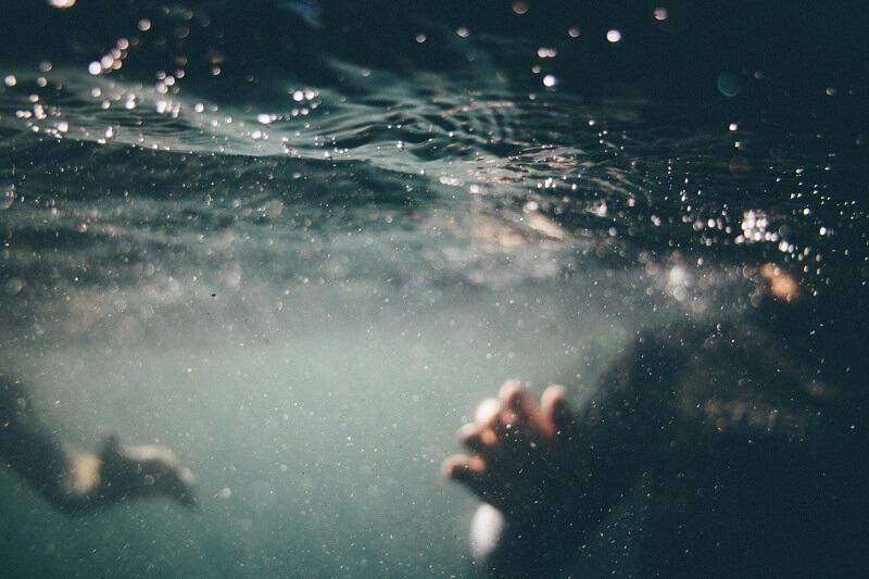 pod wodą pływanie utonięcie w wodzie