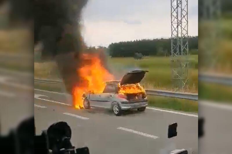 Pożar peugeota na drodze ekspresowej S17 w Końskowoli