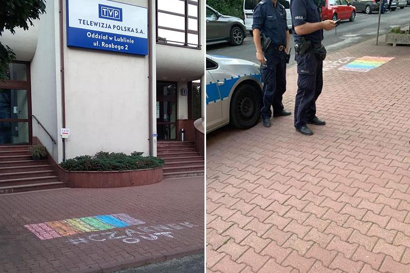 Tęcza z napisem #CzarnekOUT na chodniku przed siedzibą TVP w Lublinie