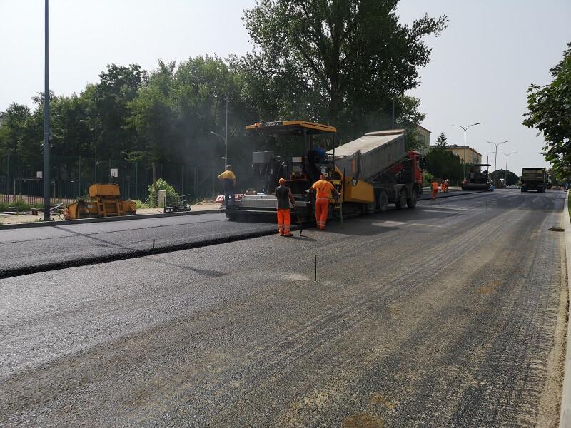 Układanie asfaltu na ul. Poniatowskiego w Lublinie