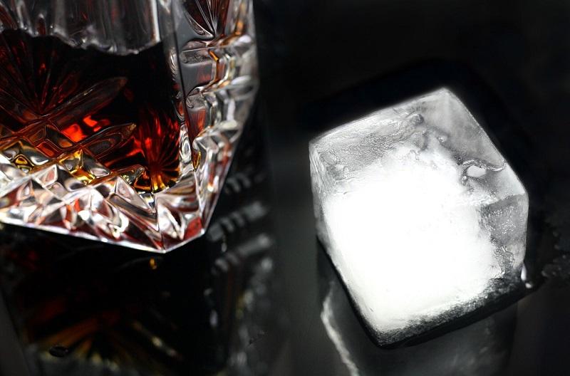 whisky kostka lodu drink