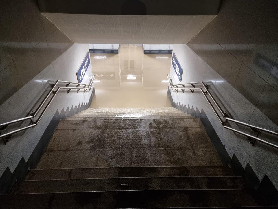 Deszcz zalał wejście na przystanek kolejowy Lublin – Zachód