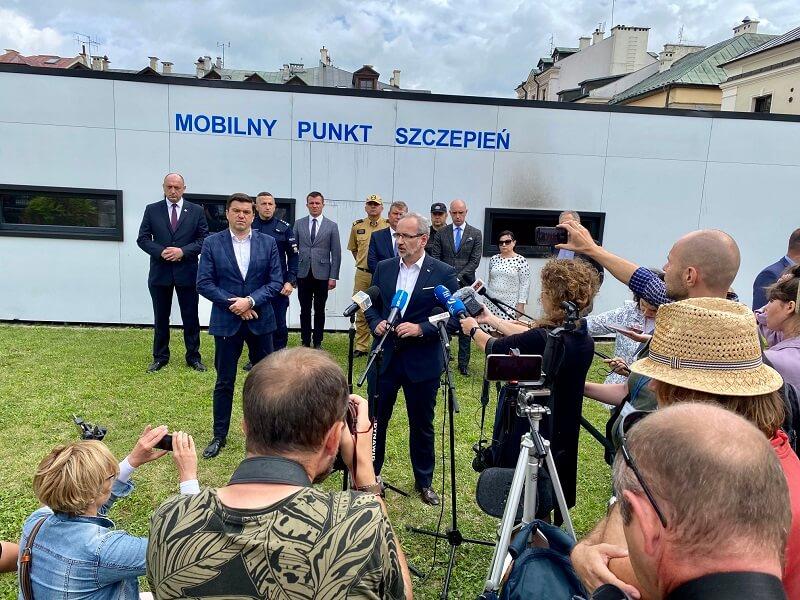 Briefing prasowy ministra Adama Niedzielskiego przed podpalonym punktem szczepień w Zamościu