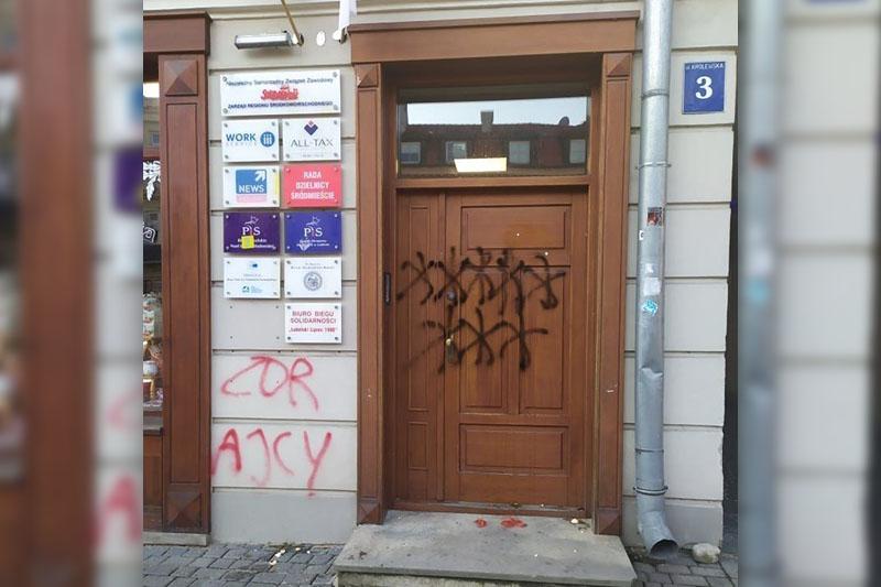 Drzwi i elewacja biura poselskiego PiS w Lublinie zostały obrzucone jajkami i pomidorami oraz pomalowane sprayem