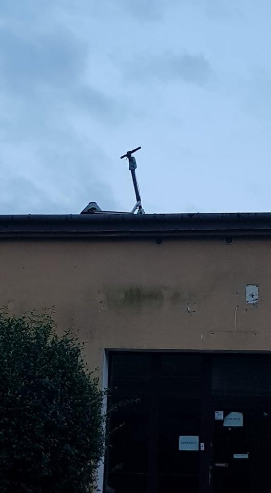 Hulajnoga zaparkowana na dachu budynku przy ul. Mieczysławy Ćwiklińskiej