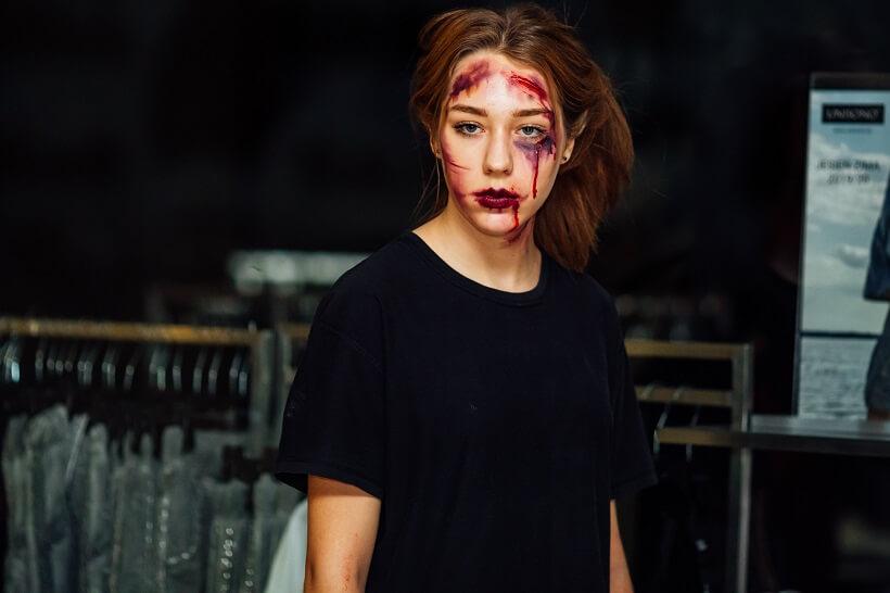 kobieta z ucharakteryzowana twarza na zoombie