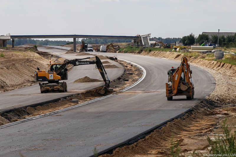 koparki na budowie drogi ekspresowej s19 via carpatia w niedrzewicy duzej