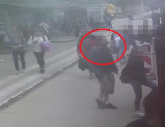 mezczyzna ocieral sie o kobiete w autobusie