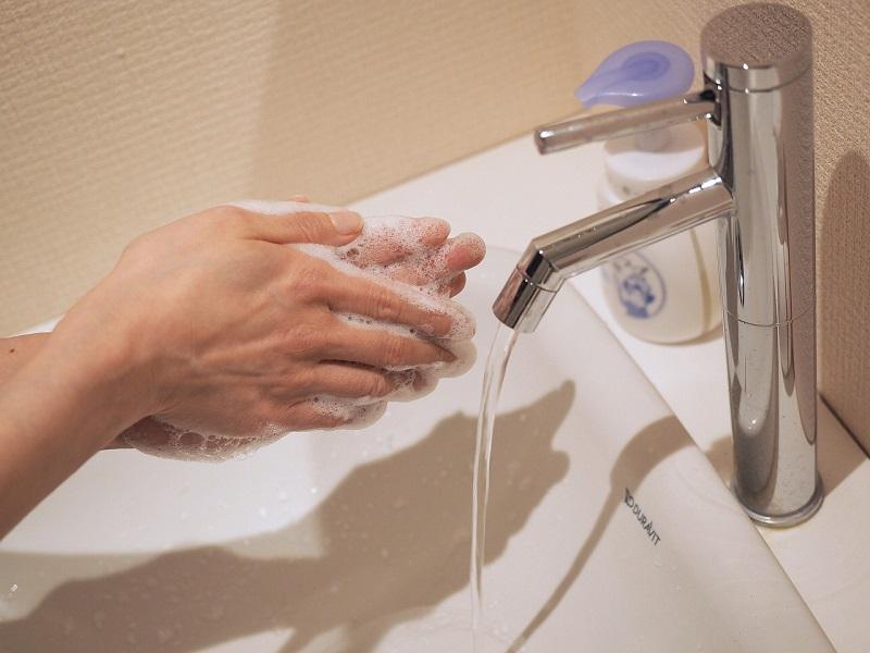 mycie dłoni mydełkiem w płynie