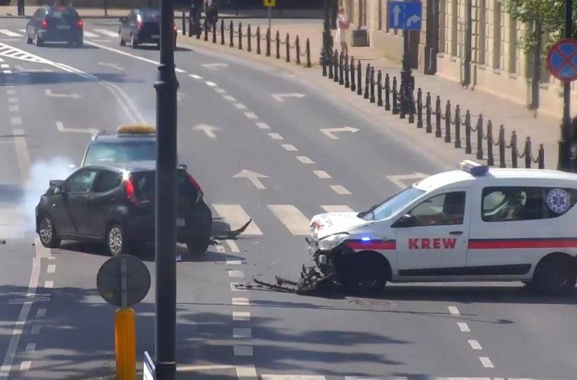 Pojazd do przewozu krwi uderzył na skrzyżowaniu w toyotę, a ta zatrzymała się na volkswagenie