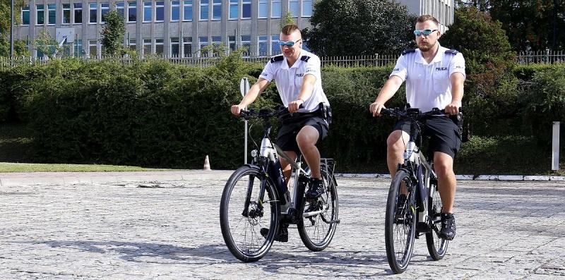 Policjanci na elektrycznych rowerach