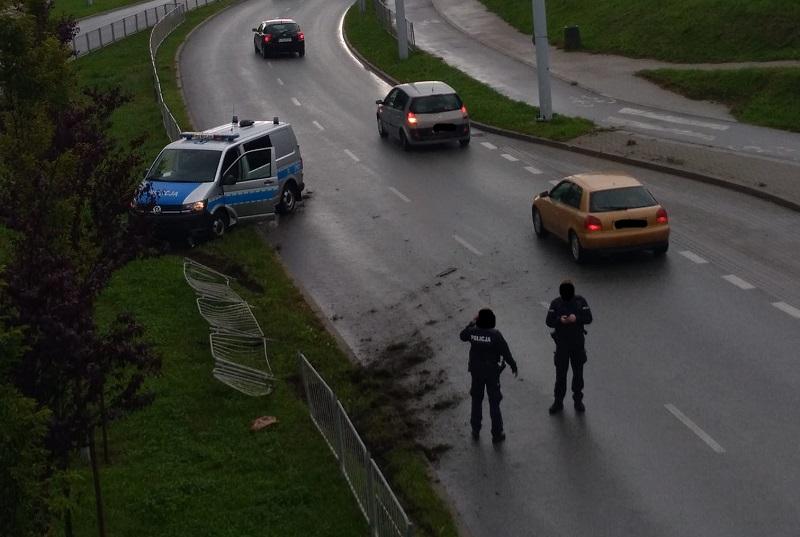 Radiowóz wjechał w barierki na ul. Filaretów w Lublinie