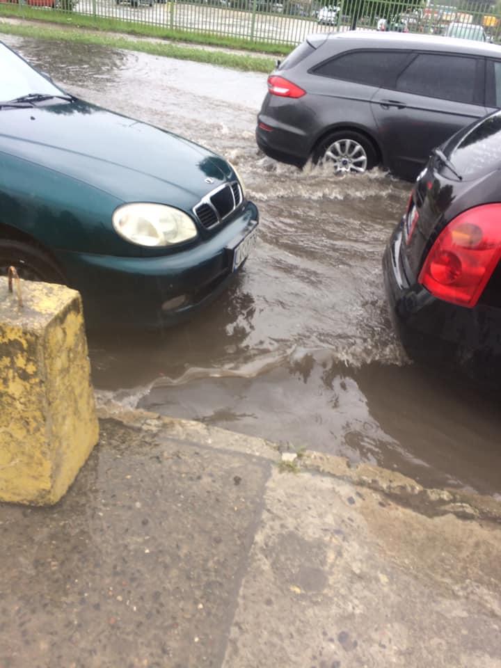 Samochody próbujące przejechać po zalanej ul. Budowlanej