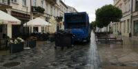 śmieciarka odbiera odpady na deptaku lublin