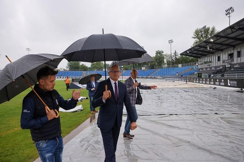 Tor żużlowy w Lublinie przykryli przed deszczem specjalną plandeką