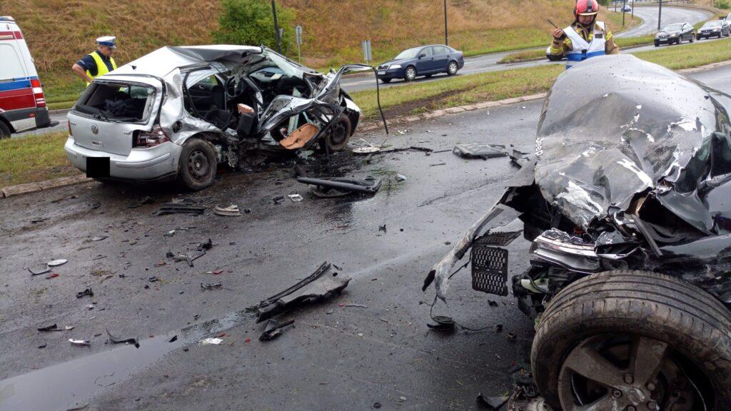 Wrak volkswagena i jeepa po wypadku na al. Witosa