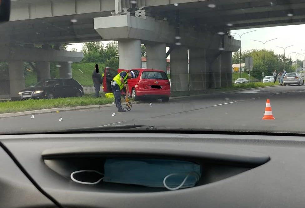 Volkswagen uderzył w filar wiaduktu kolejowego na al. Witosa w Lublinie