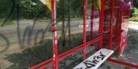 wiata przystankowa pomalowana graffiti