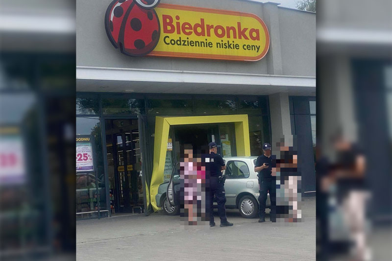 Kobieta wjechała w Biedronkę przy al. Tysiąclecia w Lubartowie