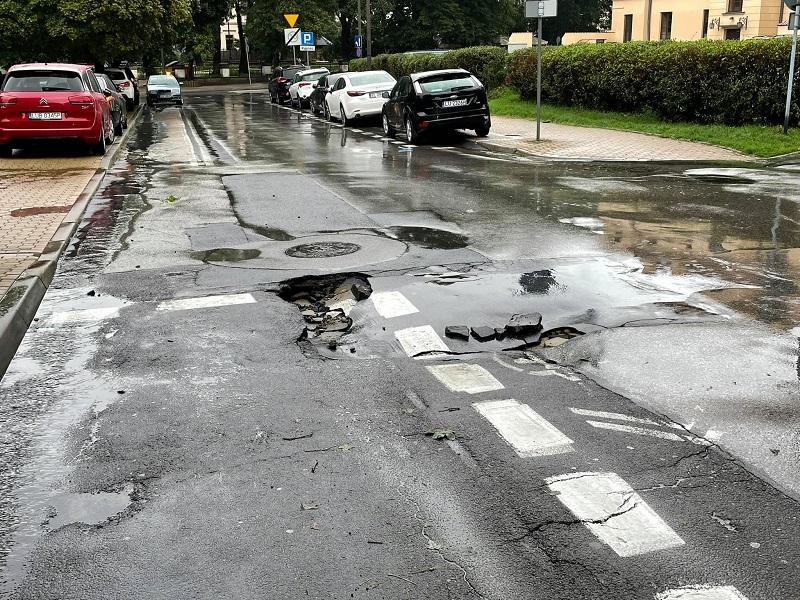 Zapadnięta jezdnia na ul. Jasnej w Lublinie
