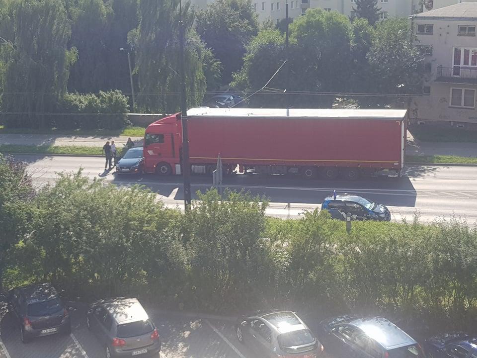 Zderzenie ciężarówki z samochodem na ul. Diamentowej