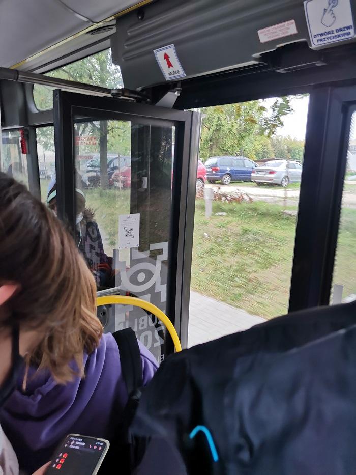 Autobus zapełniony pasażerami jechał z otwartymi drzwiami