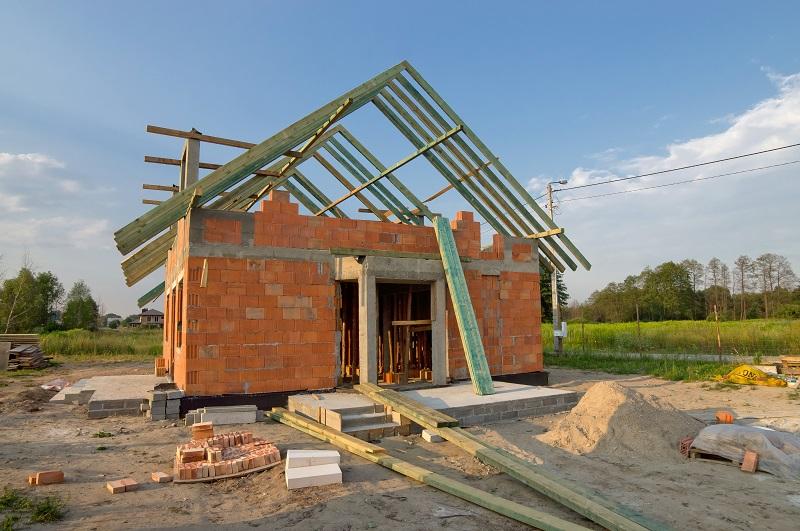 Dom w trakcie budowy z drewnianą więźbą dachową