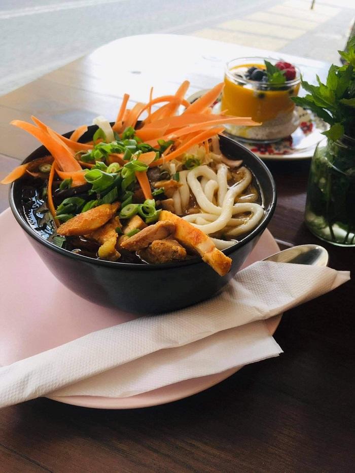 Bulion chiński z makaronem udon, udkiem, piklami z marchewki i sezamem w Ambaras