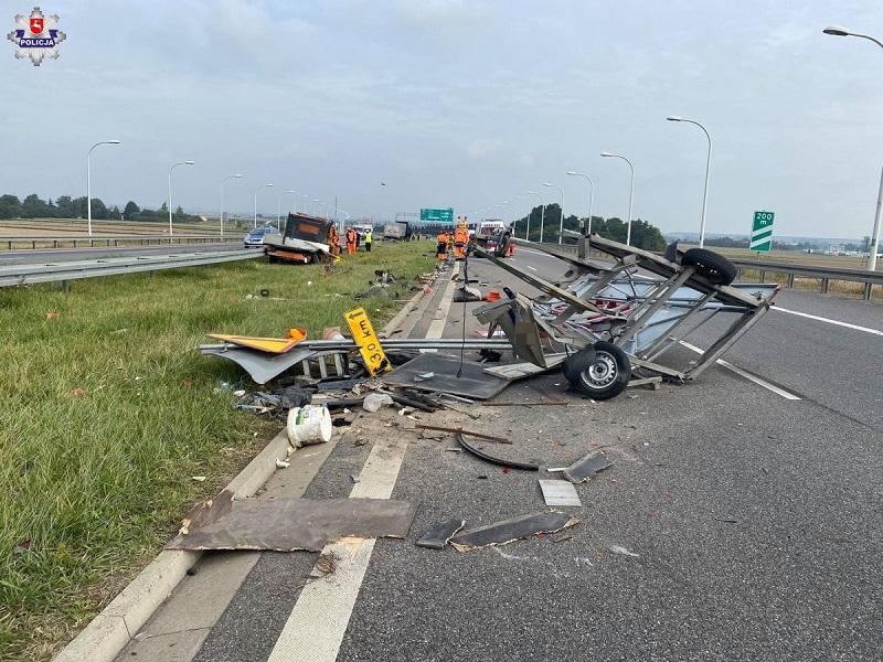 Doszczętnie zniszczona przyczepa służby drogowej na obwodnicy Lublina