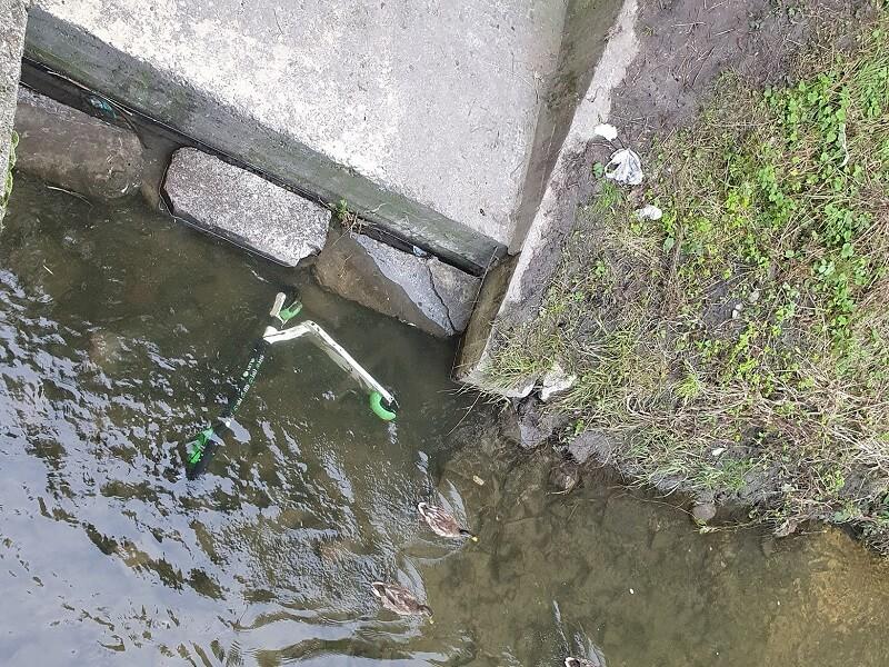Hulajnoga elektryczna Lime rzucona do rzeki Czerniejówka