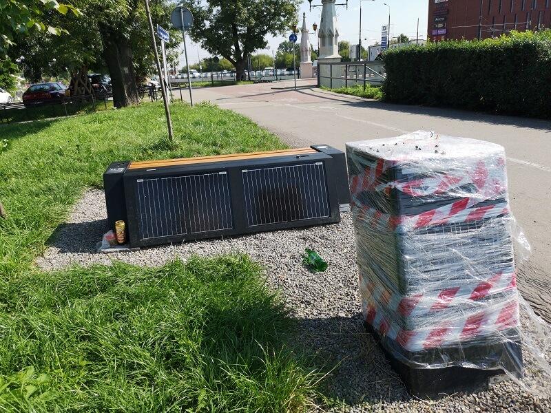 Inteligentny kosz na śmieci i ławka solarna z gniazdami USB